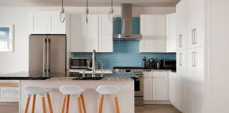 white-shaker-cabinets-island-with-stools